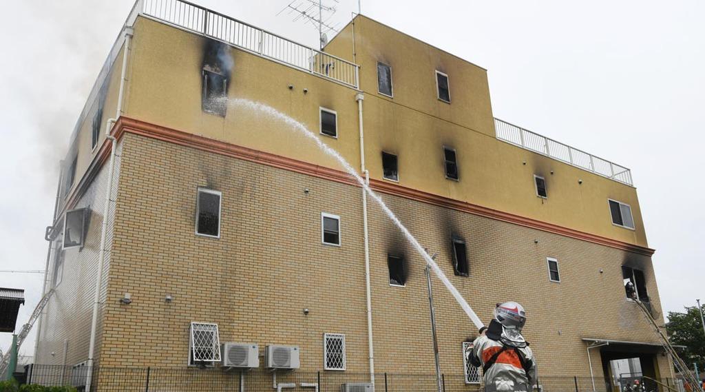 火事が起こったアニメスタジオで消火活動にあたる消防隊員=18日午後、京都市伏見区(永田直也撮影)
