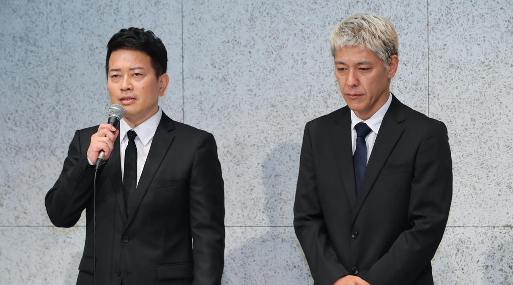 謝罪会見する宮迫博之さん(左)と田村亮さん=20日午後、東京・南青山(斎藤浩一撮影)