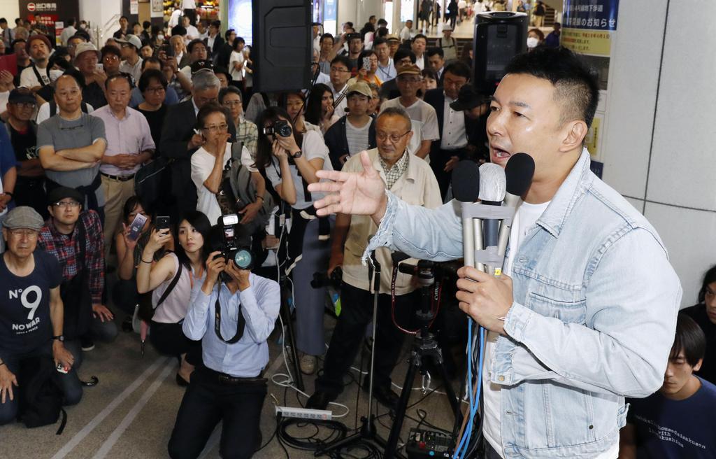 街頭演説する「れいわ新選組」の山本太郎代表=7月4日、東京・新宿