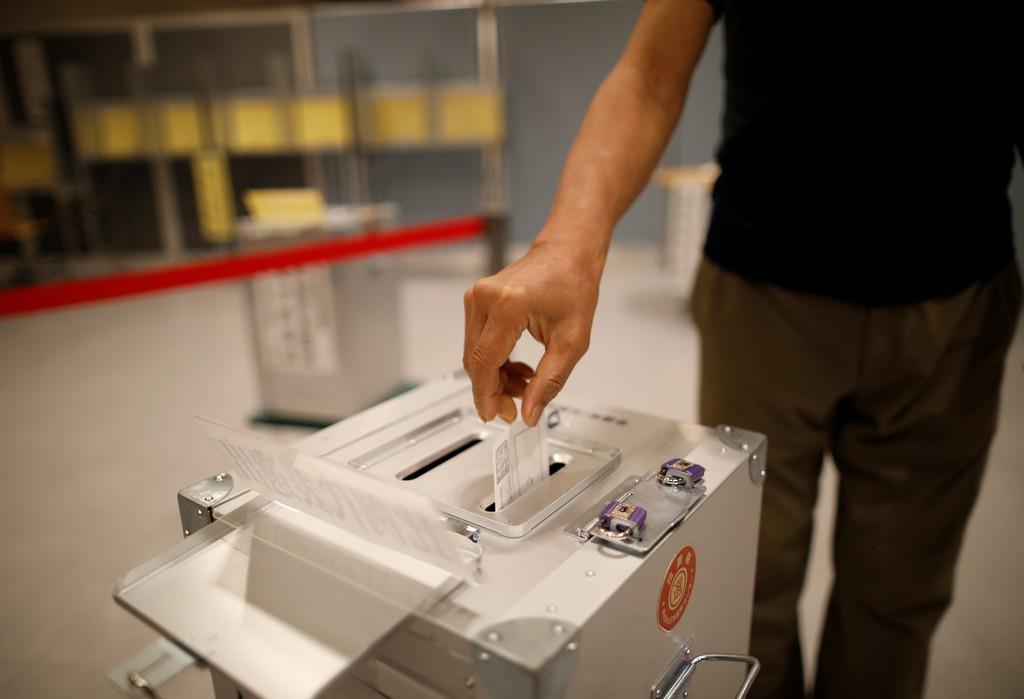 参院選で与党は改選過半数確保へ=21日、東京都内の投票所(ロイター)