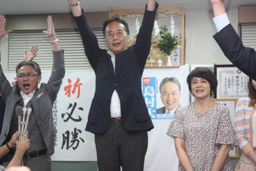 当確が伝えられ、支持者らとともに万歳三唱する自民の島村大氏(中央)=21日、横浜市(太田泰撮影)