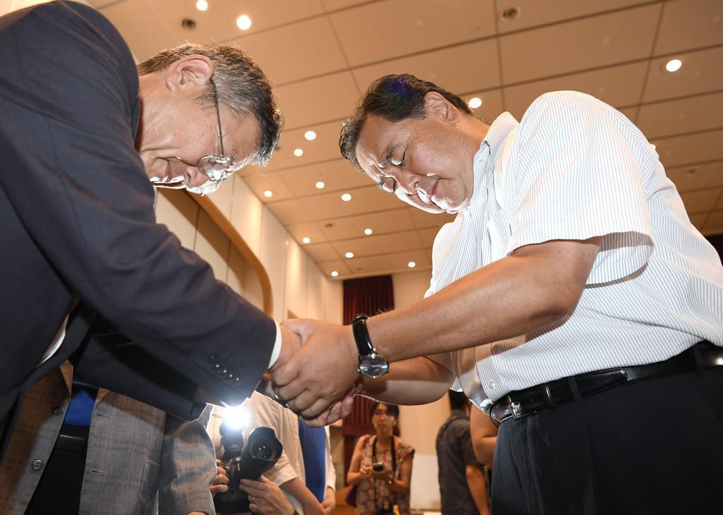 静岡選挙区で落選が決まり、支持者と握手する徳川家広氏(右)=21日夜、静岡市
