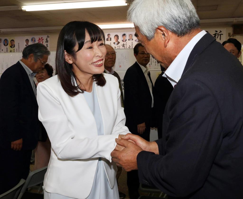 関係者と握手を交わす森氏=21日、福島市の選挙事務所