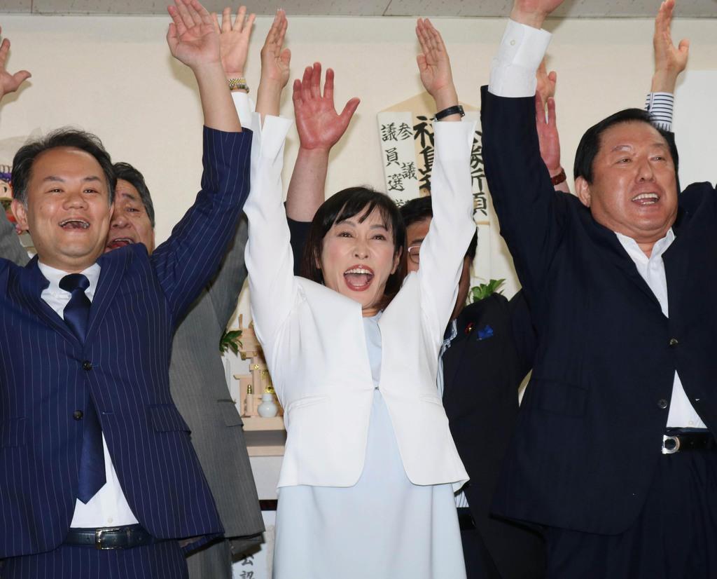 当選が確実となり関係者とともにバンザイする森雅子氏(中央)=21日、福島市の選挙事務所(芹沢伸生撮影)