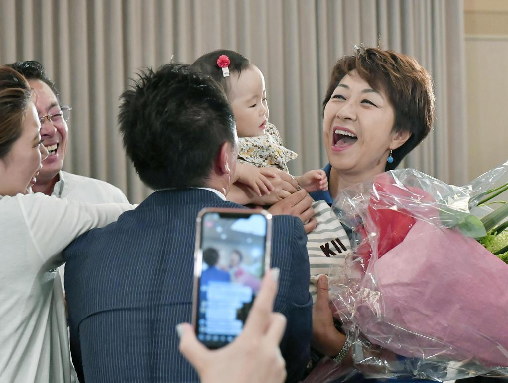 愛媛選挙区で当選を決め、笑顔を見せる無所属の永江孝子氏(右端)=21日夜、松山市