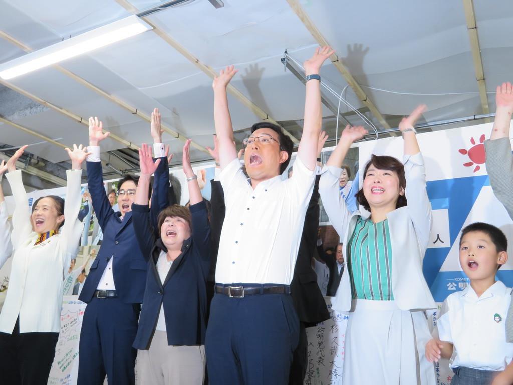 当選確実の知らせを受け、支持者らと万歳三唱する杉久武氏(中央)=大阪市天王寺区(矢田幸己撮影)