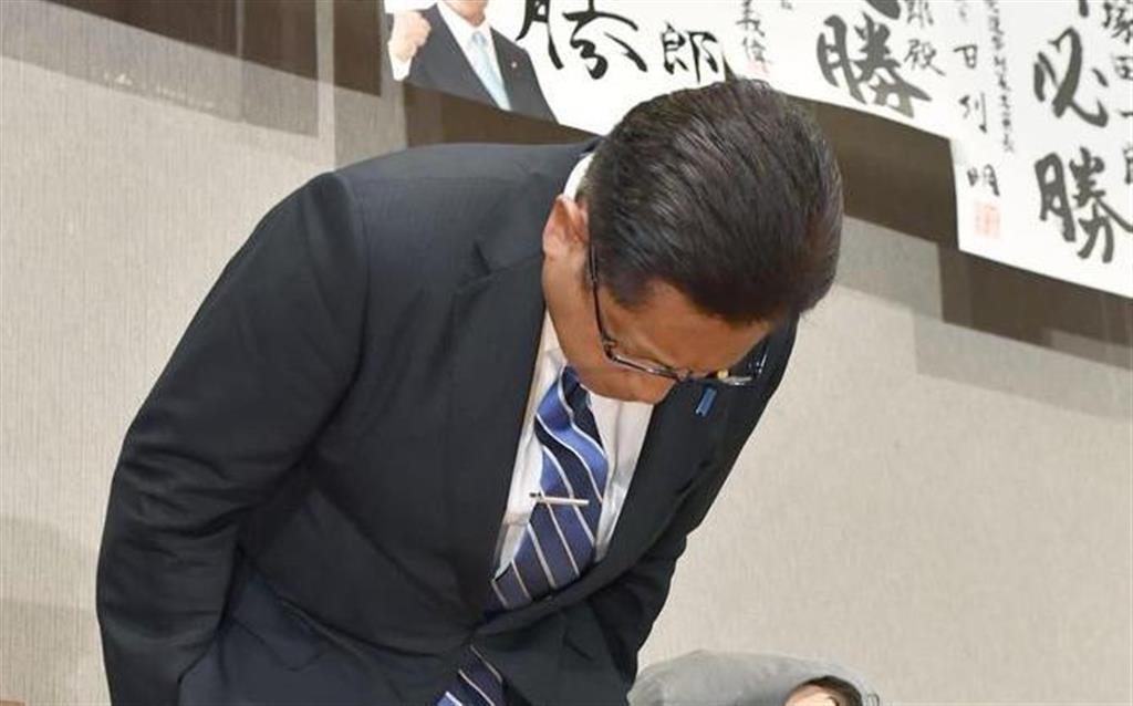 新潟選挙区で落選し、支持者らに頭を下げる自民党の塚田一郎氏=21日深夜、新潟市内のホテル