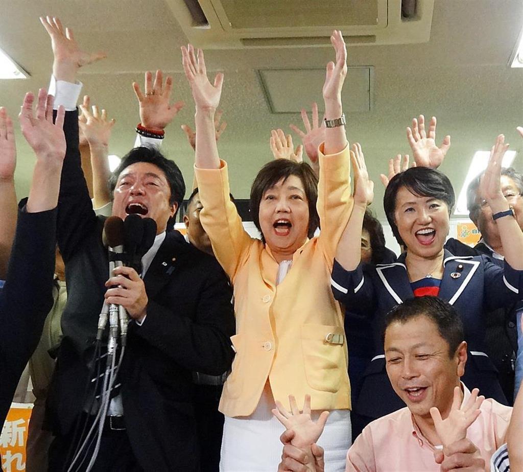 当選を果たし、支援者らとバンザイをする太田房江氏(中央)=21日午後、大阪市北区(小川原咲撮影)