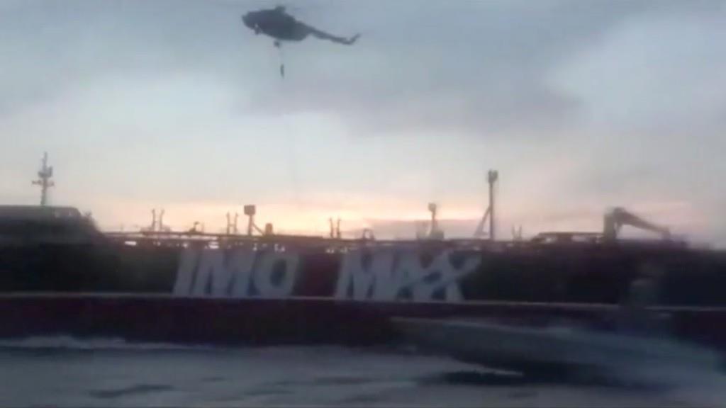 イランが拿捕の映像公開 英タンカーにヘリから降下