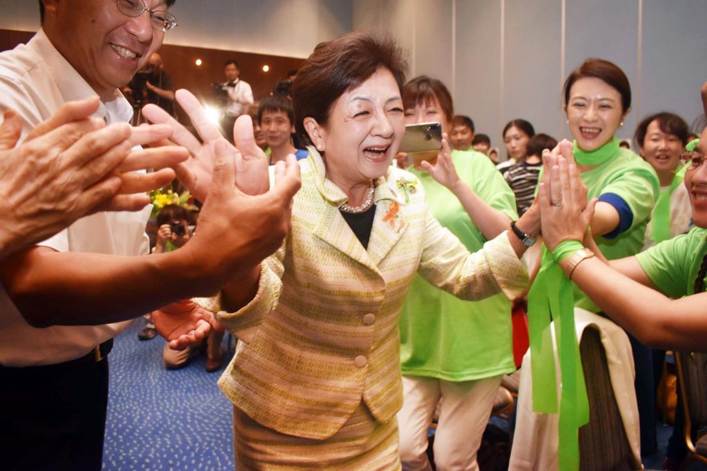 当選確実となり、支持者らに迎えられる嘉田由紀子氏=21日、大津市
