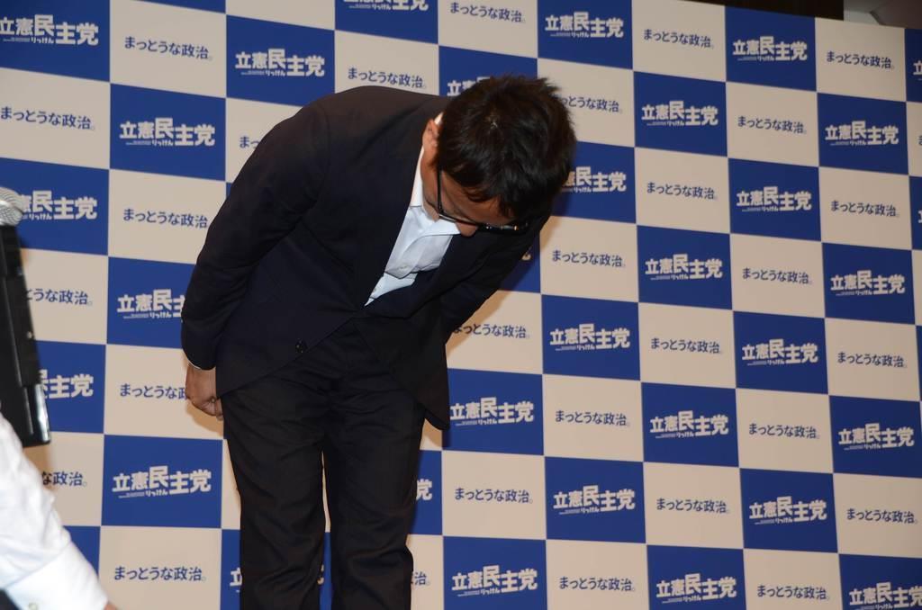 落選が確実となった山岸一生氏は支援者らに頭を下げた=22日未明、東京都千代田区(上田直輝撮影)