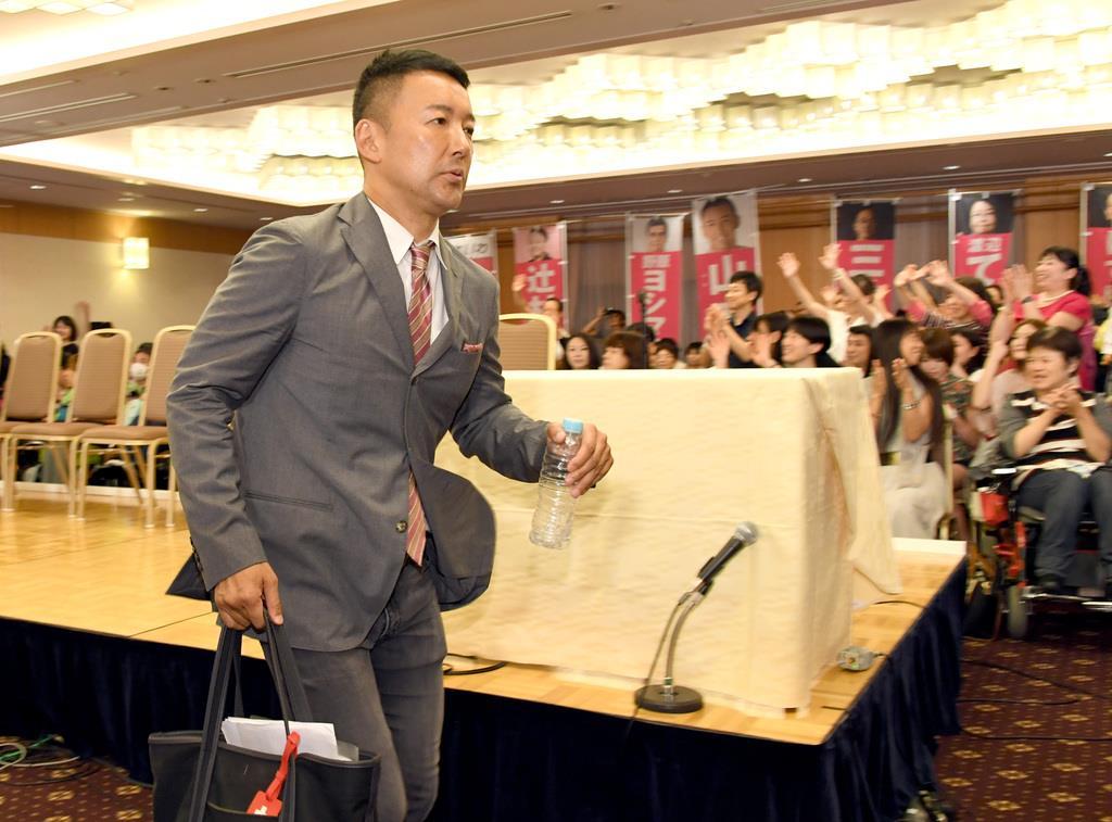 会場を後にする山本太郎代表=22日午前、東京・平河町の都市センターホテル(酒巻俊介撮影)