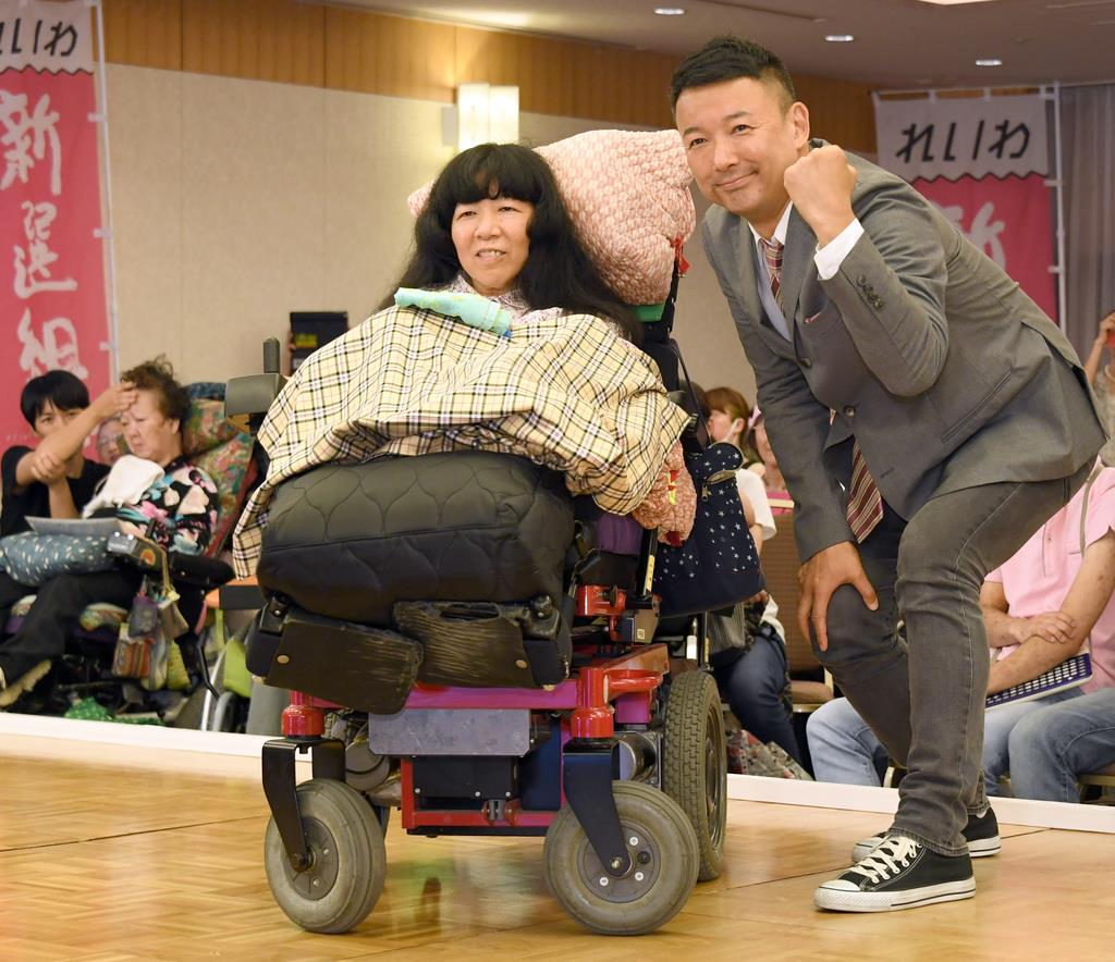 木村英子氏(左)とポーズをとる政治団体「れいわ新選組」の山本太郎代表=22日午前、東京・平河町の都市センターホテル(酒巻俊介撮影)