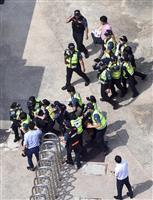 釜山の日本総領事館内でゲリラデモ、若者6人を拘束