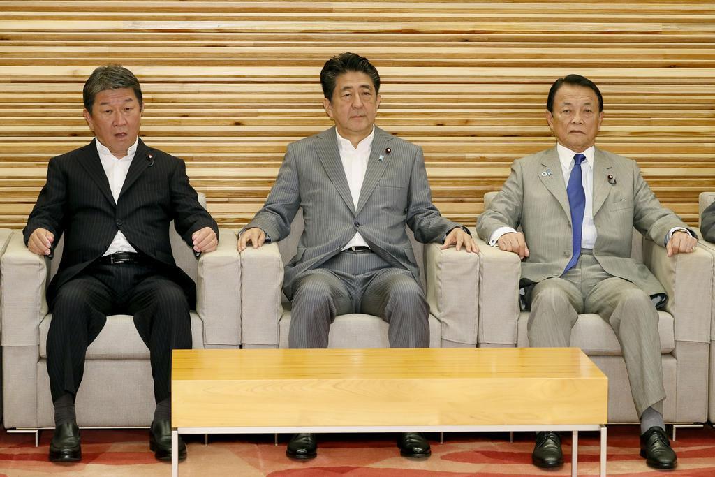 閣議に臨む(左から)茂木経済再生相、安倍首相、麻生財務相=23日午前、首相官邸