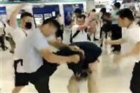 香港社会、亀裂深まる 白シャツ親中派が黒シャツデモ参加者襲撃か