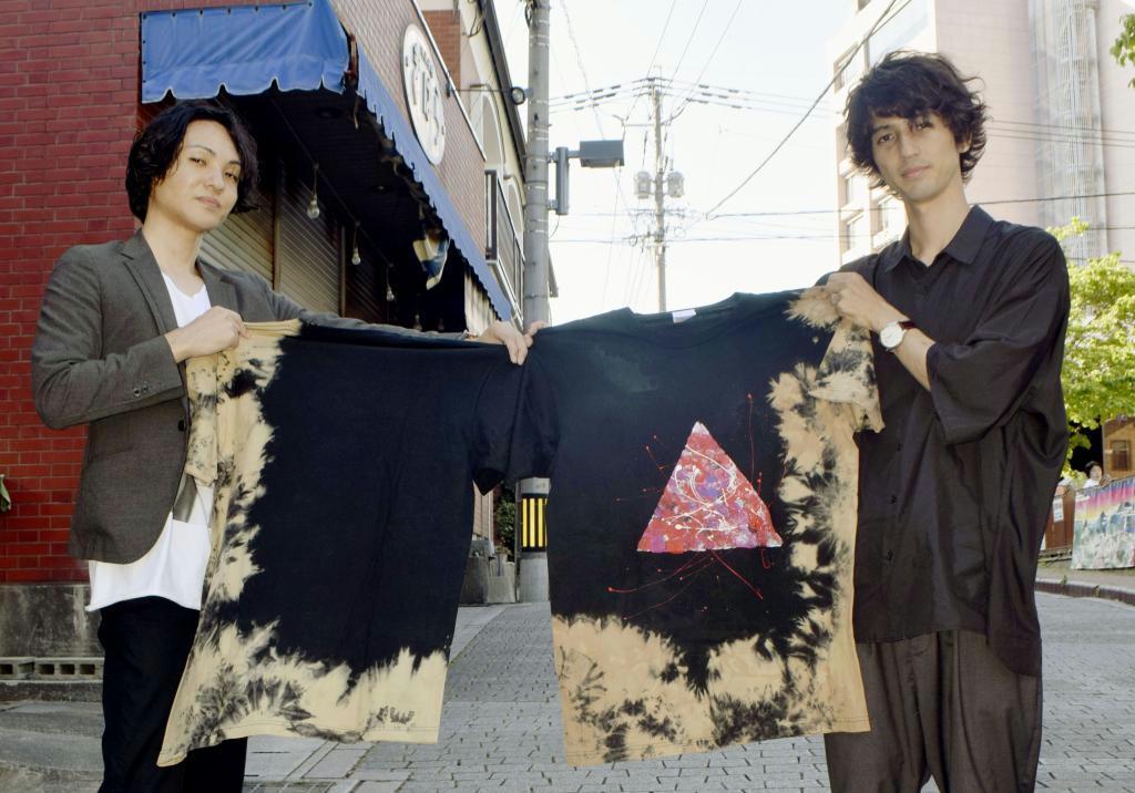 嬉野茶を使ったTシャツを製作、販売している伊豆味俊さん(右)