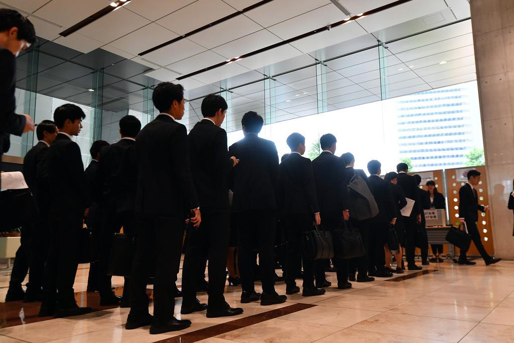 就職活動の採用面接が解禁され、損害保険ジャパン日本興亜の選考に臨む学生たち(鴨川一也撮影)