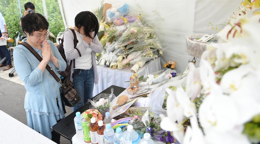 25日で放火事件発生から1週間をむかえた京都アニメーションの第一スタジオの近くでは、朝から多くの人が献花を捧げた=25日午前、京都市伏見区(永田直也撮影)