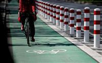 道路に「白線」だけの専用レーンでは、自転車をクルマから守れない:調査結果