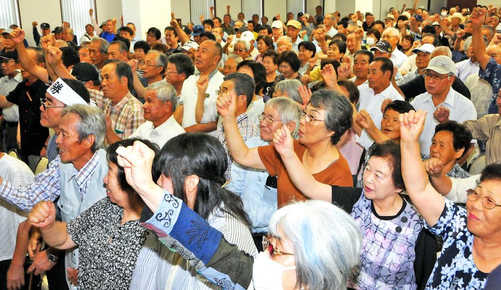 市長選の候補者の集会で気勢を上げる支援者たち=28日、茨城県結城市(篠崎理撮影)