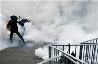 香港警察、デモ隊強制排除 衝突で催涙弾、17人負傷