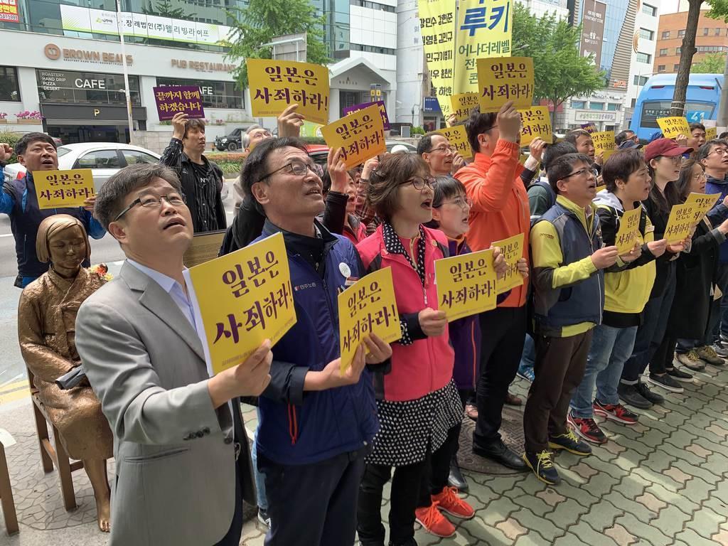 徴用工問題で日本に謝罪を求める市民団体=2019年5月1日、韓国・釜山の日本総領事館前(名村隆寛撮影)