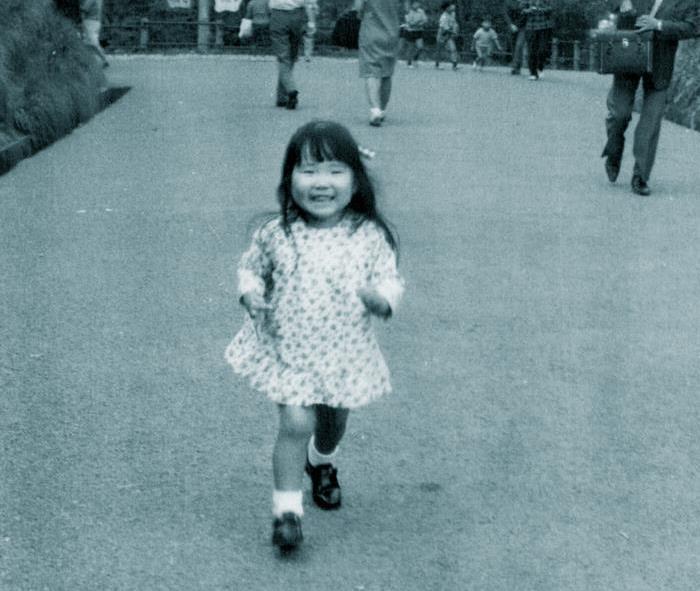 家族で訪れた東京都内の公園を笑顔で駆け回る3歳の横田めぐみさん=昭和43年