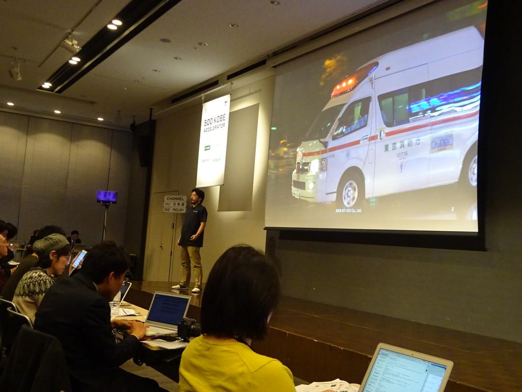 神戸市と米500スタートアップスが共同で開いた成果発表会に登壇するヘルステックベンチャー、TーICUの担当者=平成30年12月10日、東京都千代田区