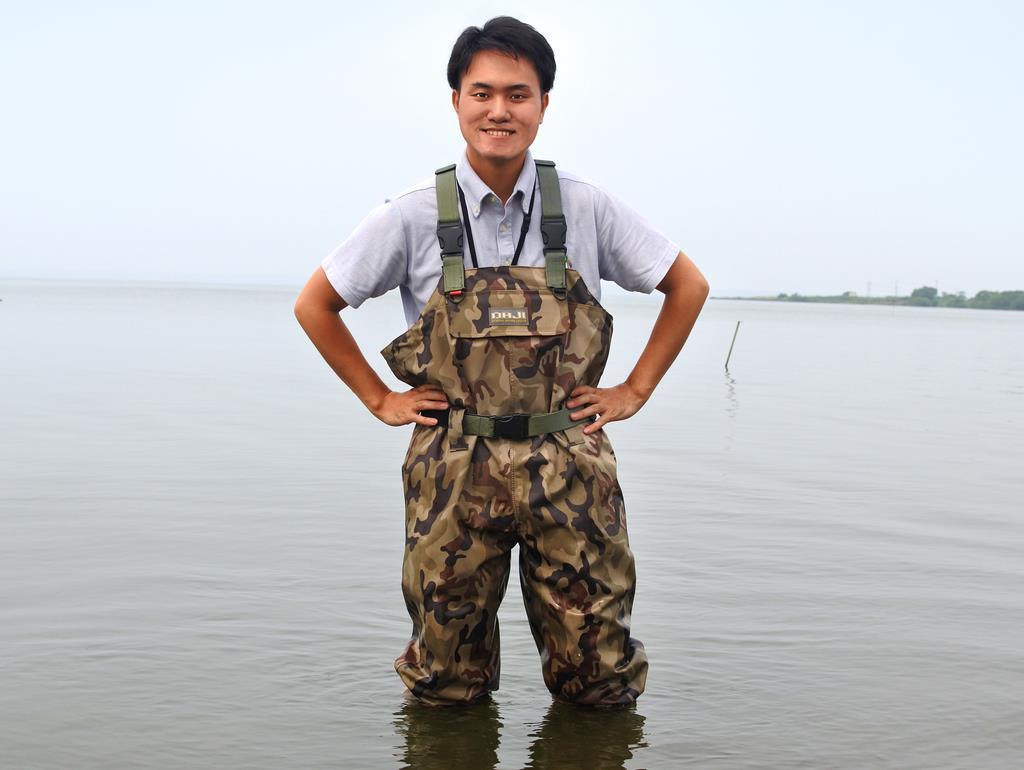 ここでは田舎らしいかたちで暮らしができるという西川さん=稲敷市三次の霞ケ浦砂浜