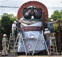 巨大タヌキが浴衣で夏仕様に 信楽高原鉄道信楽駅前 滋賀