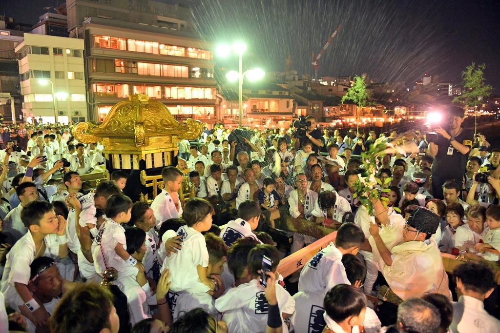 祇園祭「神輿洗い」 鴨川の水で神輿を清める「神輿洗い」が四条大橋で行われた=10日午後、京都市の四条大橋(永田直也撮影)