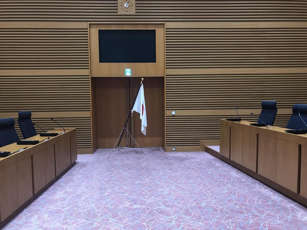 議場入り口付近に設置された国旗=町田市議会(植木裕香子撮影)