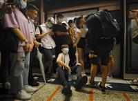 抗議者ら地下鉄運行を妨害 香港、条例改正案めぐり