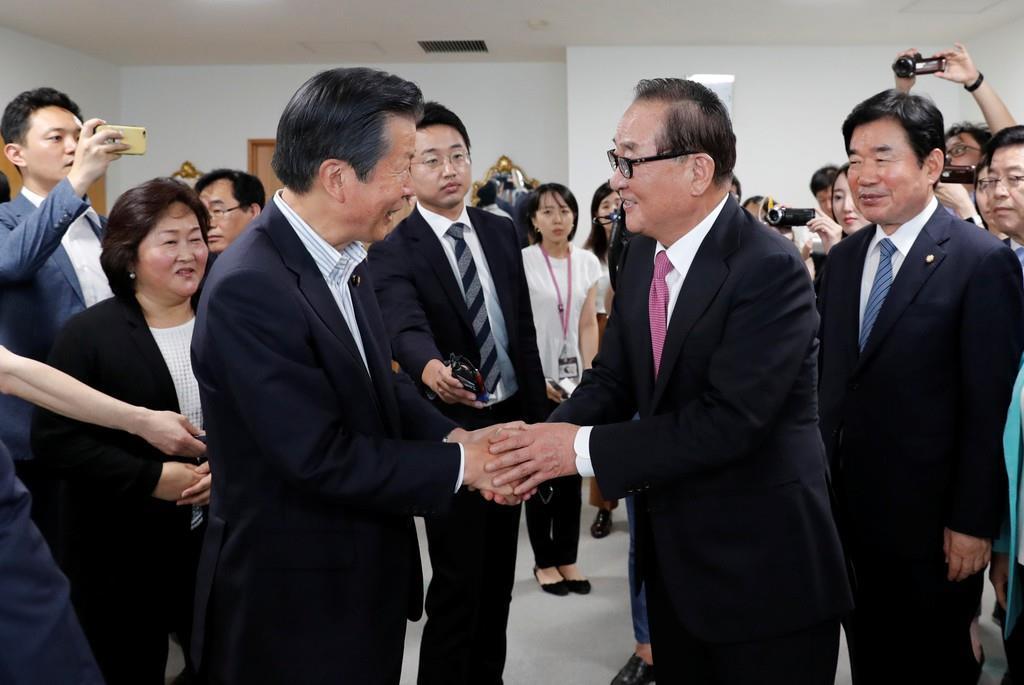 来日中の韓国国会議員団、徐清源団長(右)らと党本部で会談した公明党の山口那津男代表(左)=31日(ロイター)