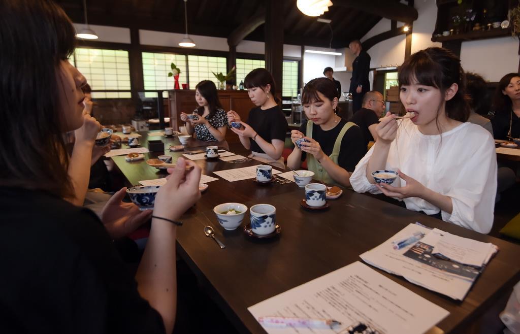 玄米で作られた「楠公飯」を試食する大阪樟蔭女子大の学生たち=大阪府河内長野市(藤崎真生撮影)
