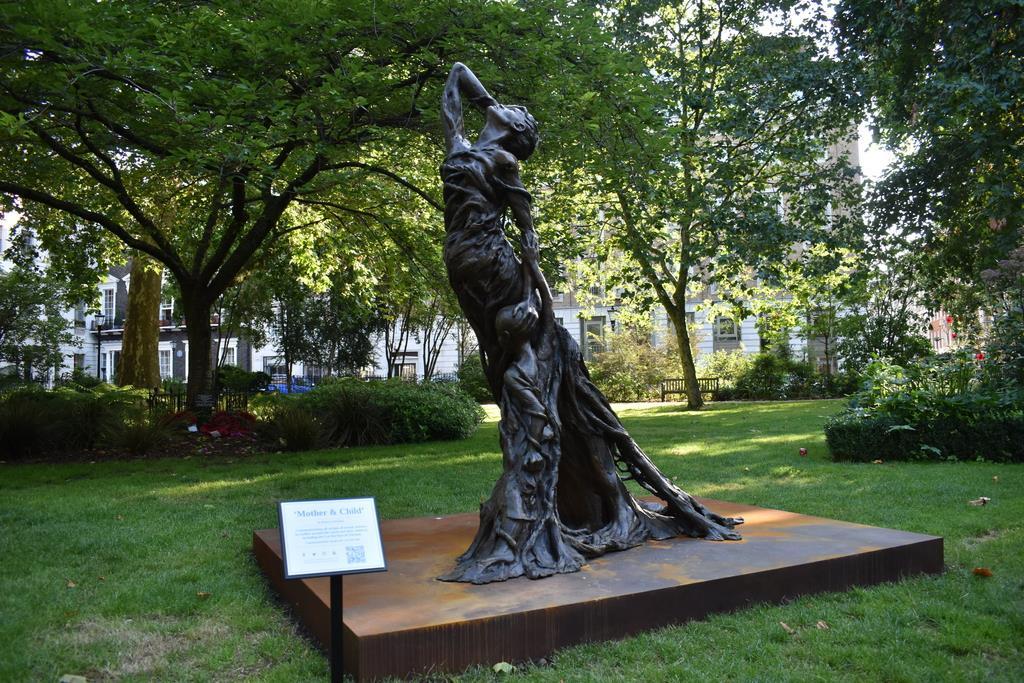 英ロンドンのウエストミンスター地区の公園「セントジェームズスクエア」で一般公開されているライダイハン像(板東和正撮影)