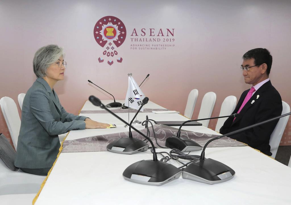訪問先のタイ・バンコクで会談する河野太郎外相(右)と韓国の康京和外相=1日(AP)