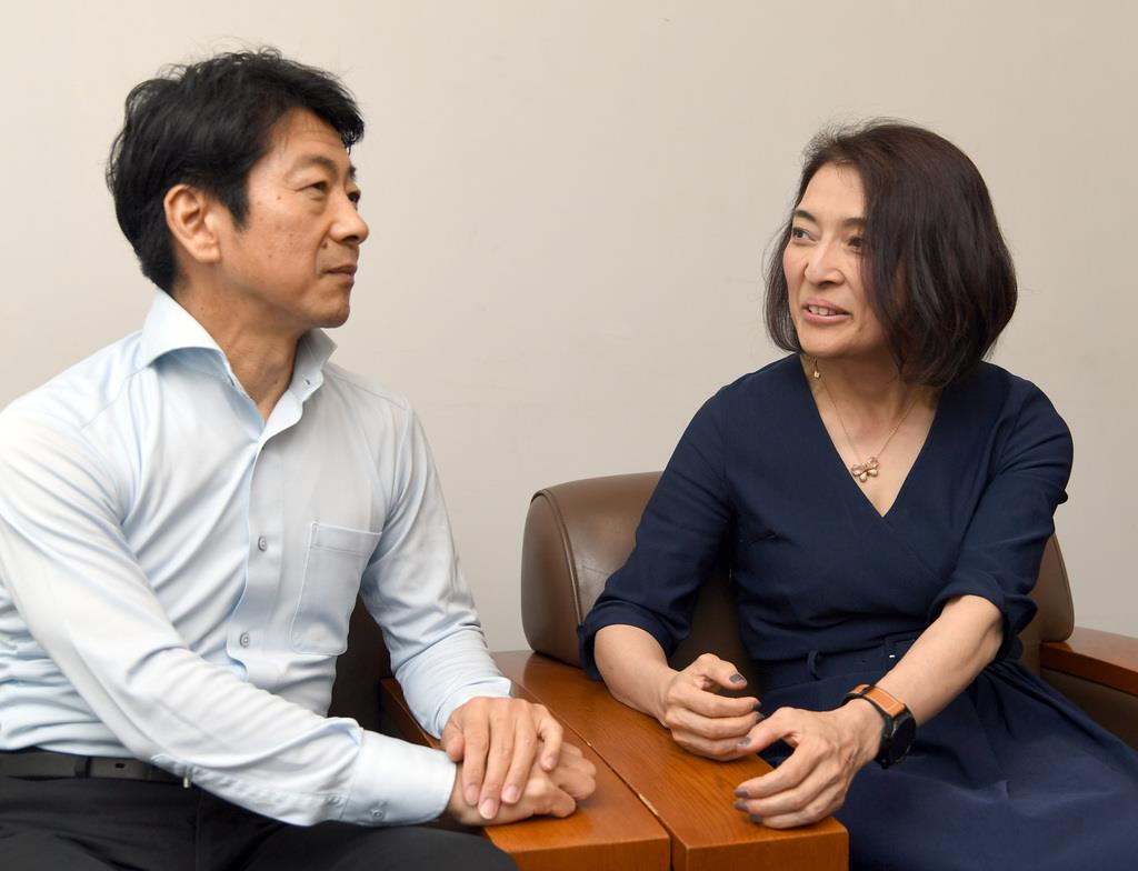 医師の國井修氏(左)と評論家の勝間和代氏(酒巻俊介撮影)