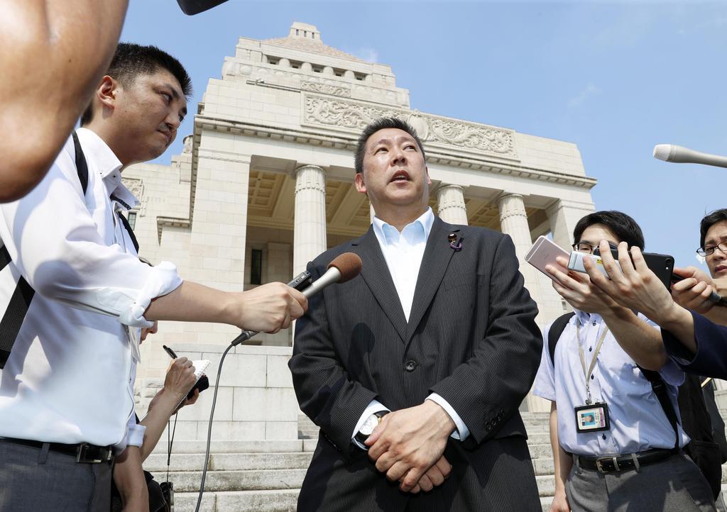 国会に初登院し、記者の質問に答えるNHKから国民を守る党の立花孝志氏=1日午前