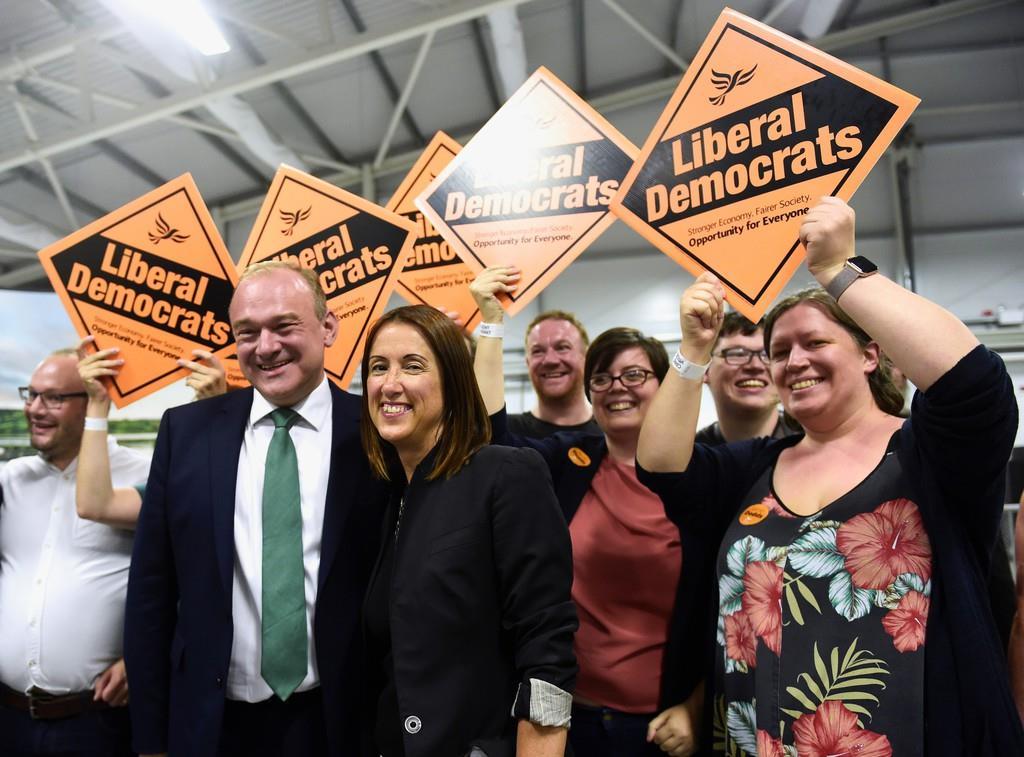 EU残留を主張する自由民主党の候補、ジェーン・ドッズ氏(中央)が勝利した(ロイター)