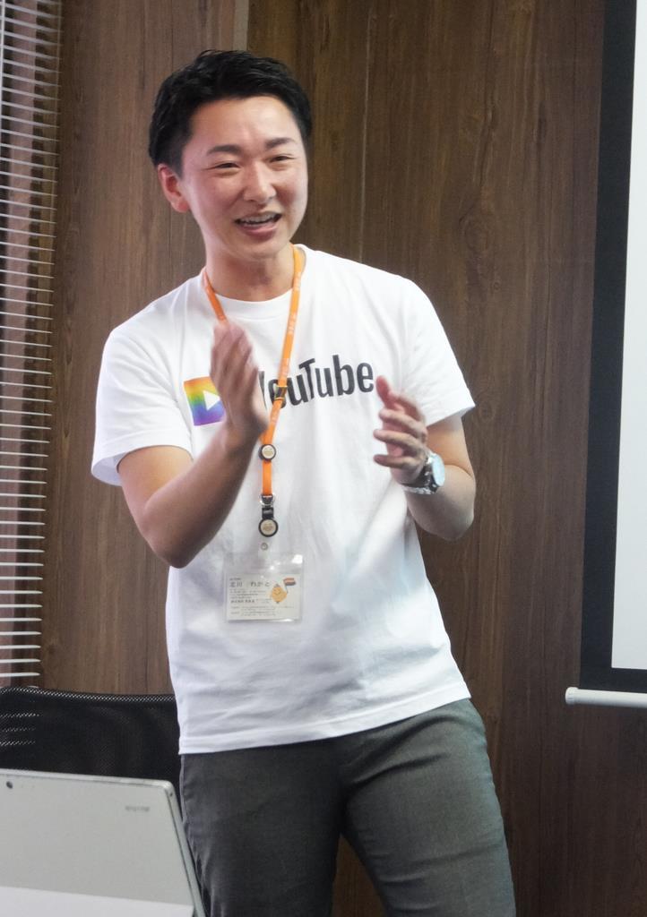 女性から男性に性別変更した、北川わかとさん。「LGBT お仕事カフェ」の進行役を務める=東京都板橋区