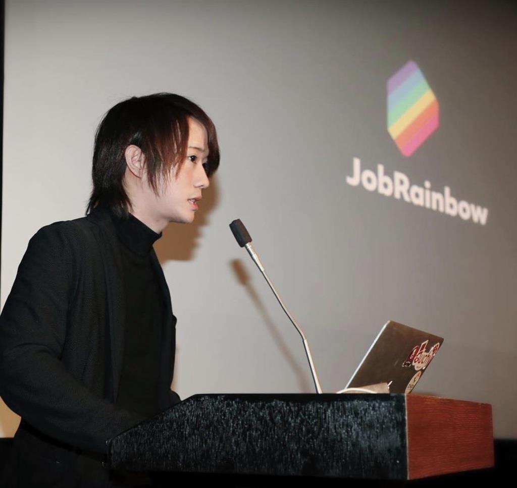 LGBTの立場からの社会貢献が評価され、フランス大使館でスピーチする星賢人さん(昨年11月、本人提供)=東京都港区