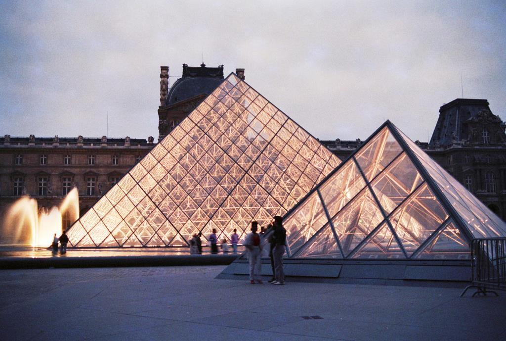 パリ・ルーブル美術館のガラスのピラミッド