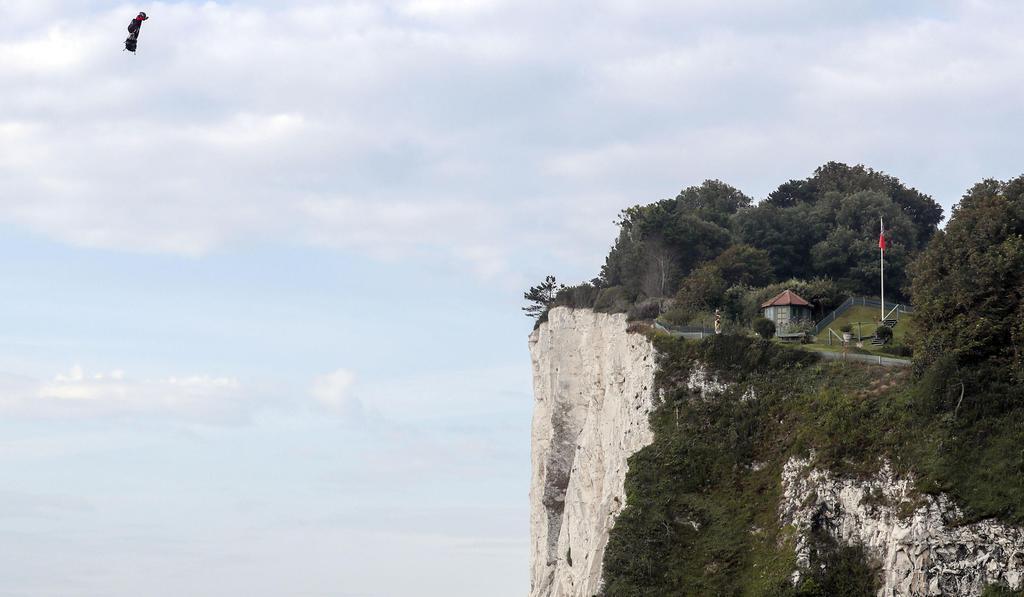 空飛ぶスケボー」 英仏海峡を横断 仏国防省も援助 - 産経ニュース