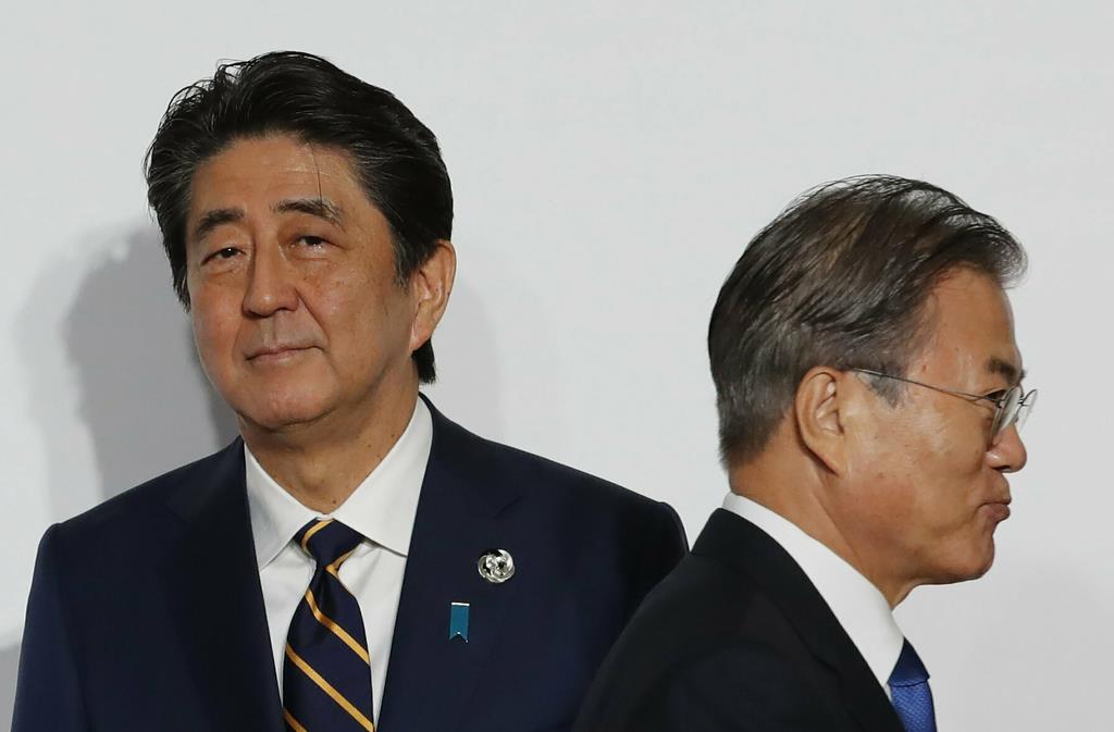 韓国への輸出規制強化をめぐり、反目する安倍晋三首相と韓国の文在寅大統領(AP)