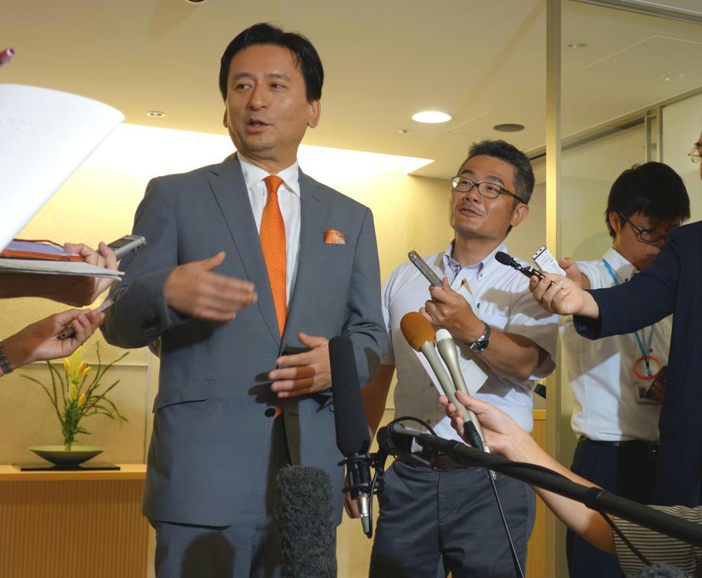 九州新幹線長崎ルートの整備に関し、取材に応じる佐賀県の山口祥義知事(左)