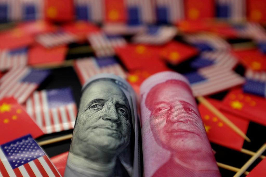 米ドルに描かれているフランクリンの肖像(左)と、中国・人民元の毛沢東肖像(ロイター)