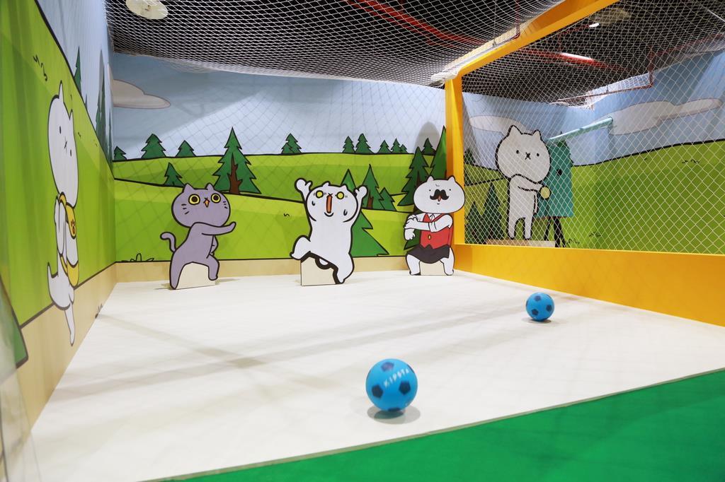 台湾のイベント会場に登場した「吾輩」のサッカーのアトラクション