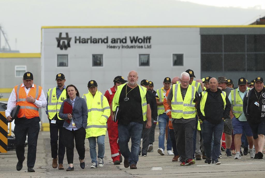 5日、北アイルランド・ベルファストにあるハーランド・アンド・ウルフ社から出てくる労働者たち(AP)